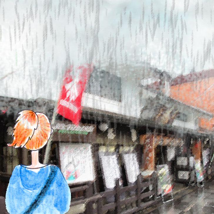 Marcher dans la rue sous la pluie