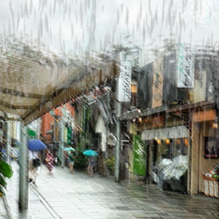 Rue sous la pluie avec des parapluies
